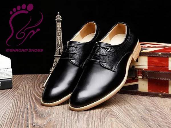 """تولید کفش اداری مردانه به صورت سایزبندی و سری کامل توسط مرکز کفش مهرگام انجام می شود. حتما اطلاع دارید که تولیدی ها محصولات خود را اغلب به صورت عمده در اختیار بنکداران و فروشگاه ها قرار می دهند. در حال حاضر نیز با وارد شدن اینترنت به دنیای کسب و تجارت اکثر محصولات به صورت غیر حضوری به آدرس مقصد ارسال می شود. یکی از محصولاتی که در مرکز کفش مهرگام انجام می شود تولید کفش اداری مردانه می باشد. این کفش ها توسط ادارات و یا کارخانه ها سفارش داده شده و اغلب به صورت سایزبندی است. نحوه خرید عمده کفش اداری مردانه همانطور که قبلا"""" نیز اشاره شد محصولات یک تولیدی یا کارخانه اغلب به صورت سری در سایز بندی مشخص بسته بندی می شود که اغلب مدل های کفش مردانه به صورت 10 جفتی هستند. چنانچه محصولات برای فروشگاه یا بنکداری ارسال شود از روش بالا استفاده می گردد. از آنجایی که کفش های اداری اغلب توسط ادارات و ارگانهای مختلف جهت استفاده سفارش داده می شود خرید به صورت سری معنایی ندارد. برای خرید عمده کفش اداری تنها کافیست مدل مورد نظر خود را انتخاب کرده و سایزبندی مدنظر خود را نیز ارسال نمایید. <div class=""""box """"info"""" """""""" """"aligncenter"""""""" style=""""width:""""""""""""><div class=""""box-inner-block""""><i class=""""fa tie-shortcode-boxicon""""></i> کفش مهرگام تولیدات خود را به دو صورت عمده سری و سایزبندی بدون هزینه اضافی عرضه می نماید. </div></div> تولید کفش اداری مردانه چرم در مرکز مهرگام تولید کفش اداری مردانه چرم در مرکز مهرگام در انواع مدل و رنگها انجام می شود. از جمله رنگهایی که در تمامی مدل ها موجود است شامل سه رنگ زیر می باشد. کفش چرم مشکی کفش چرم قهوه ای سوخته کفش چرم عسلی البته رنگ سورمه ای نیز در برخی از مدل ها موجود است اما اغلب برای کفش اداری یا رسمی که پرسنلی هم گفته می شود رنگ مشکی انتخاب می شود. کفش های اداری در دو مدل ساده زیر تولید می شود. کفش اداری بند دار کفش اداری بی بند  چنانچه برای جلسات رسمی قراره پوشیده شود بهتر است از کفش رسمی بند دار استفاده شود. ولی در صورت استفاده مداوم در محل کار نوع بی بند و راحتی اولویت دارد. تولیدی کفش مهرگام جهت تولید کفش اداری مردانه بر اساس سایزبندی موردنظر هیچ گونه هزینه اضافی دریافت نکرده و به قیمت عمده و مناسب سفارشات را در وقت تعیین شده تحویل می دهد."""